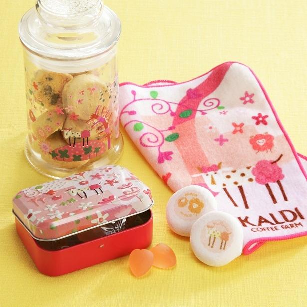左上から時計回りに「オリジナル モモめえクッキージャー」(570円)、「 モモめえハンカチ」(410円)、「モモめえ缶」(378円)