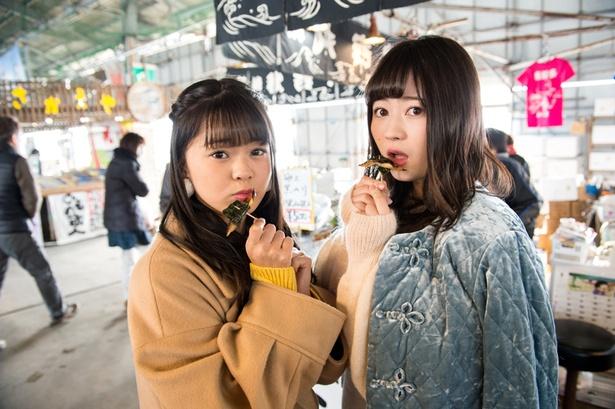 """【写真を見る】試食用の焼き魚をパクリと食べる""""えごなる""""。「おいしーい!」(2人)"""