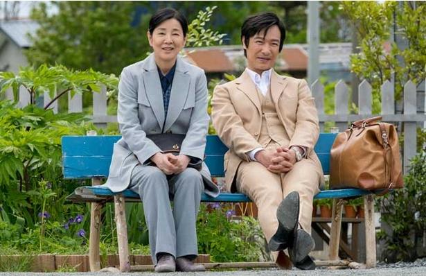 修二郎宅に引き取られながら、姿を消したてつ。母を見つけた修二郎は二人で家族の記憶をたどる旅に出る