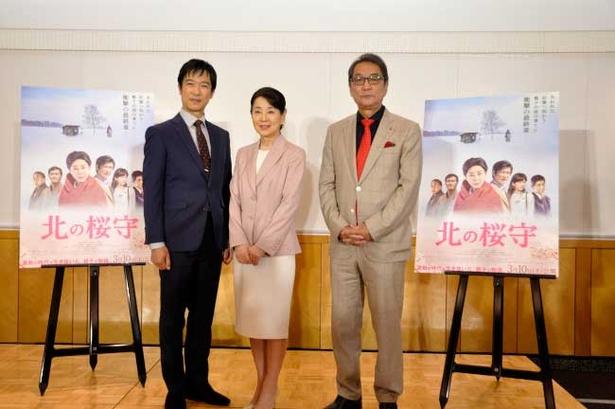記念撮影に応える吉永小百合(中央)、堺雅人(左)、滝田洋二郎監督(右)