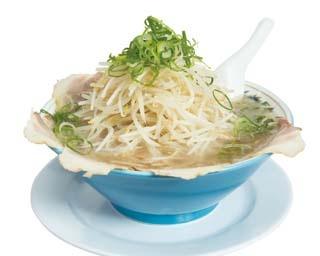 40年間愛され続けるモヤシ山盛りの一杯「特製ラーメン(チャーシュー麺)」(通常800円)。麺とモヤシをひっくり返してから食べよう!