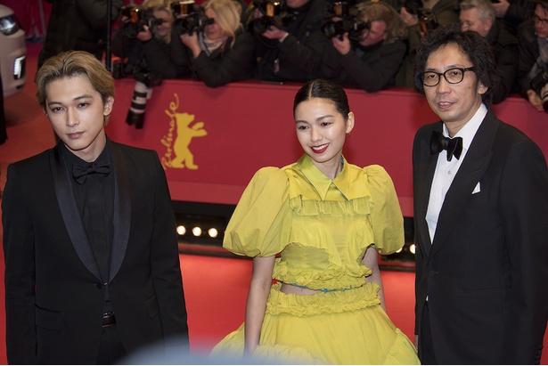レッドカーペットで笑顔を見せた『リバーズ・エッジ』の行定勲監督、二階堂ふみ、吉沢亮