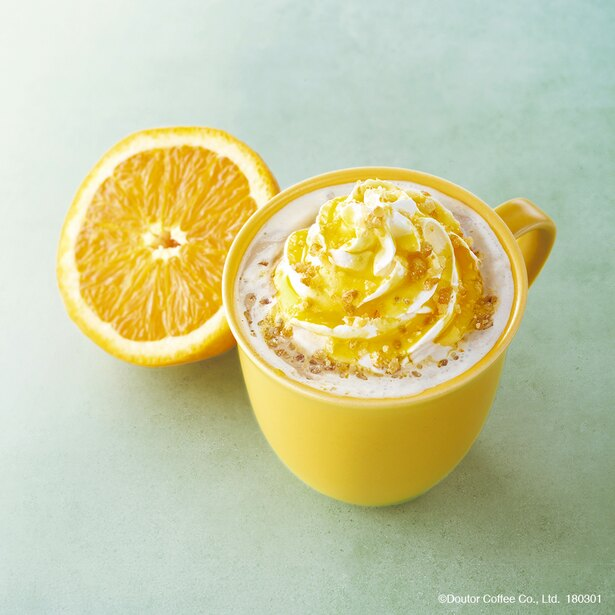 「オレンジ・ブリュレラテ(ホット・アイス)」(460円~)は、甘く爽やかな味わいが心地よい見た目も春の華やかさを感じられる春限定のドリンク