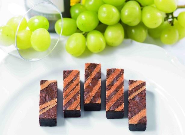 「デザートワインブラウニー」(864円~)は、フランス産貴腐ワインを使用した食べやすいショートサイズのブラウニー