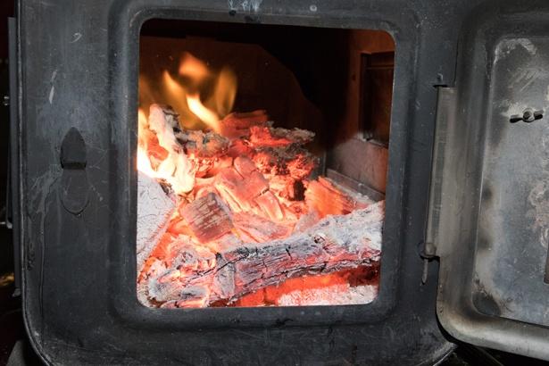 石焼き芋機の下段に、薪の火が見える