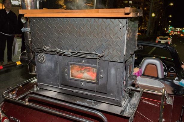 キャリアの上に載せられた石焼き芋機