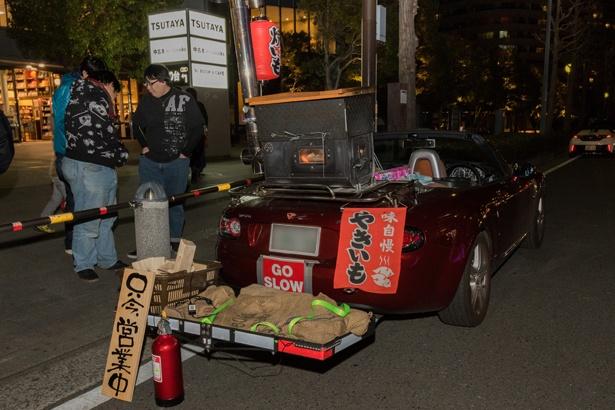 【写真を見る】石焼き芋を販売するロードスター