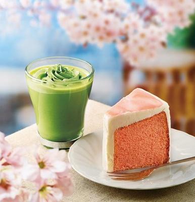 【写真を見る】桜色の見た目と桜風味のソースで春らしさ満載の「桜のシフォンケーキ」