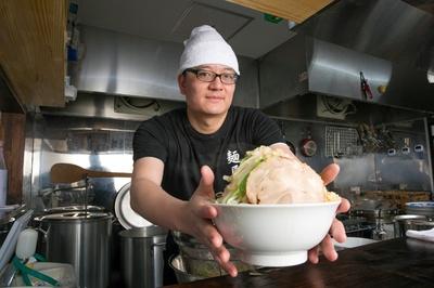 「お腹一杯食べてください!」と、店長の林 小明(リン ショウメイ)さん。ただし自分の胃袋と相談して、食べ切れる量を注文しよう