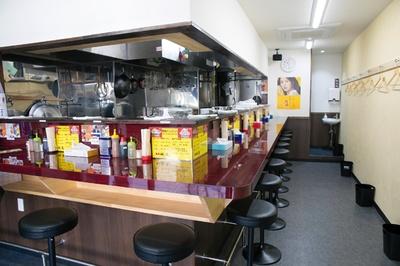 """店内はL字型のカウンターで全11席。コールには""""カラメ(味の濃さ)""""はなし。カエシ(醤油ダレ)が卓上に用意されているので自分で調整を"""