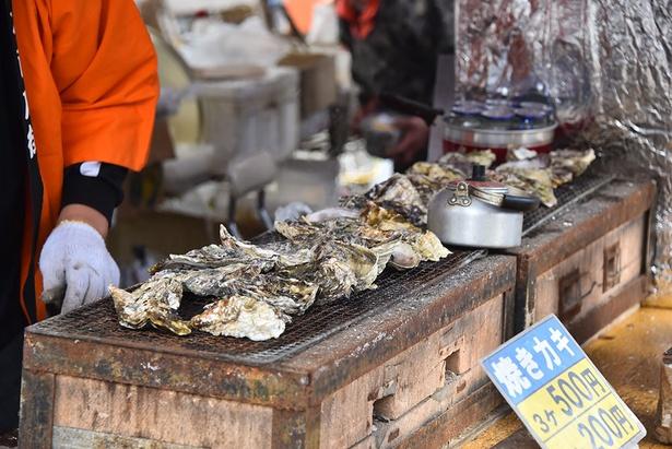 焼き牡蠣など、多彩なご当地グルメを扱う屋台が並ぶ