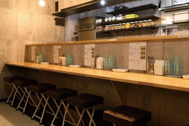 コンクリート打ちっぱなし風のシンプルな店内/インド流スパイス工房哲学カレー