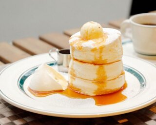 「プレミアムパンケーキ」(950円)は、メープルシロップをかけて食べる