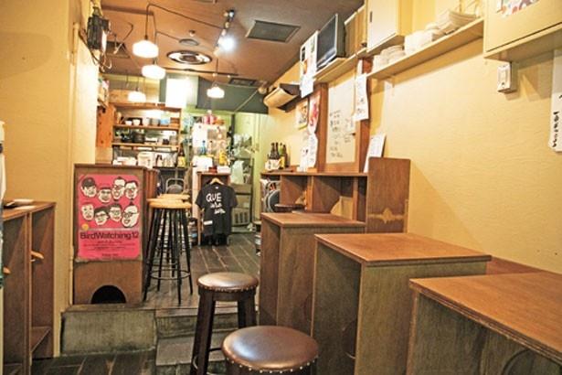 木のカウンターやテーブルが並ぶ/大衆酒場カミヤ