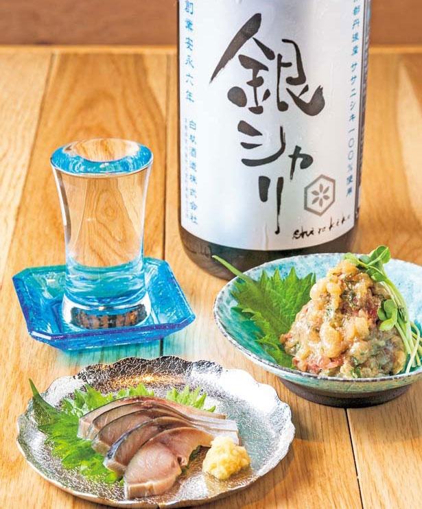 「〆鯖」(540円・手前)と「お魚なめろう」(486円・中)/サケホール 益や