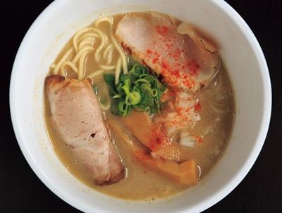 【画像を見る】鶏ガラのみでコクを出した濃厚鶏SOBA(塩)780円。2種のレアチャーシューも美味