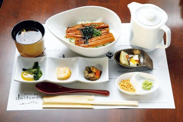 日間賀島で捕れたアナゴのかば焼きがのっている。ダシや薬味が付き、ひつまぶし風に味わえる「まぶし風穴子丼」(1200円)
