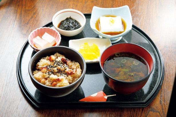 ふっくら炊き上がり、タコの旨味がご飯に染み渡ったたこめしに、味噌汁などが付く。「たこめしセット」(864円)