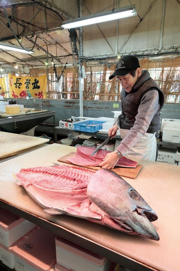 仕入れた魚を店内でさばいて販売。マグロを解体することもある