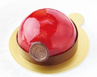 まるで宝石。イチゴジュレ、イチゴ味のチョコムース、クランブル、生チョコと、食感の違いを楽しめる「ビジュー」(1個524円)