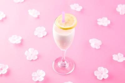 いちごとヨーグルトのお酒がベースの「初恋ラッシー」は、初恋を思い出すような甘酸っぱい味わい!?