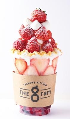 イチゴが10粒ほど、ミックスベリーのピューレやソフトクリーム、フランボワーズのムースなどが詰まった「FARMER'S KITCHEN THE gram」の「季節のフルーツのボンボン(いちご)」(1058円)