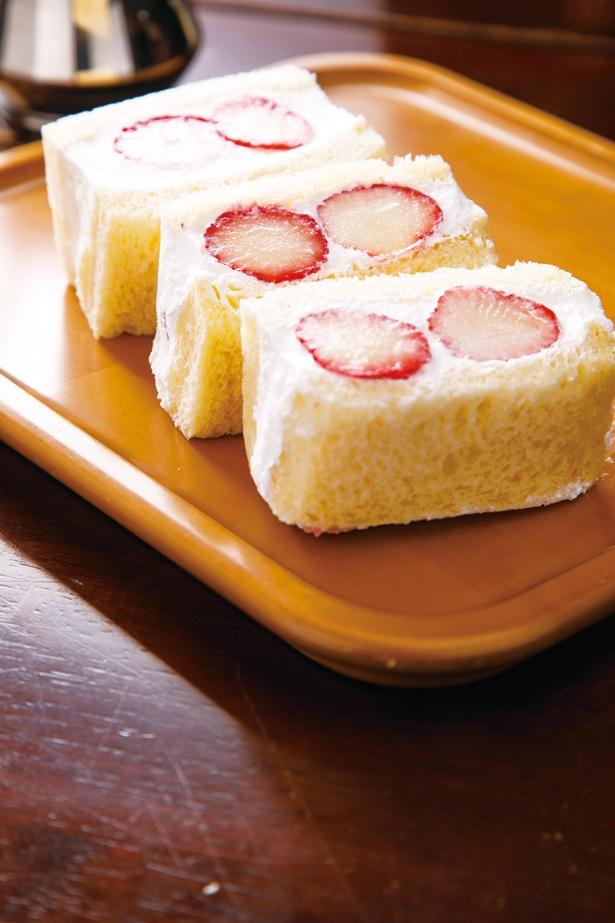 ほのかに香るココナッツがアクセントになっている「敷島珈琲店」の「イチゴサンド」(1個300円)