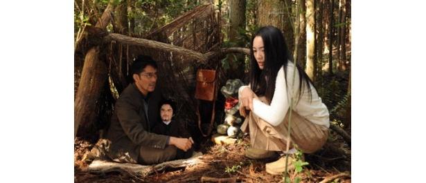阿部寛扮する上田次郎が大事そうに抱える、謎の人形。何か秘密が隠されている!?