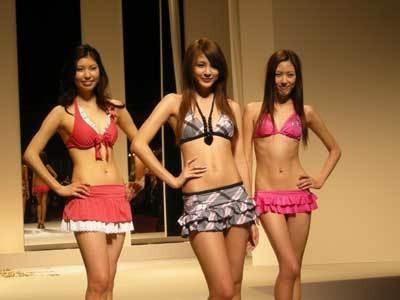 中央が09年東レキャンペーンガールの源崎トモエさん