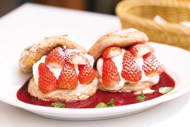 「Cheval Cafe」のStrawberry Chocolate Benedict Pancake(1380円)。生チョコが入ったパンケーキとイチゴが相性抜群