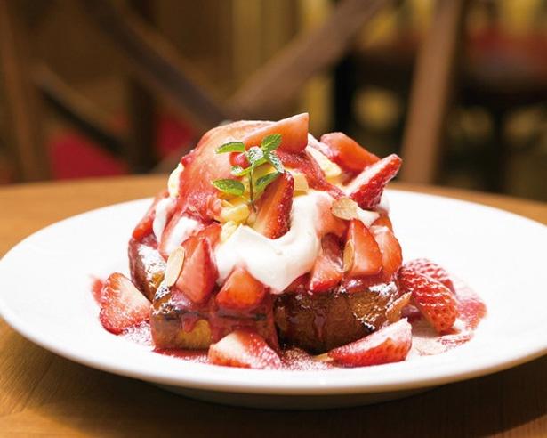 【写真を見る】「GINZA CARDINAL」のストロベリーフレンチトースト(1380円)。イチゴ風味を加えたブリオッシュのフレンチトースト