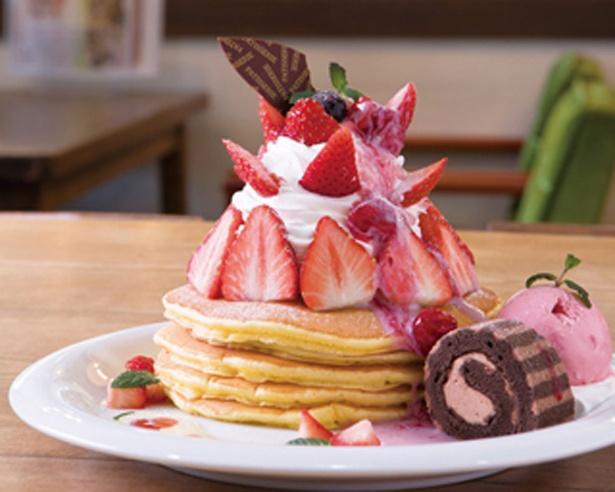 「cafe fuwatto」のふわふわ苺のパンケーキ(1404円)。丁寧に焼き上げたパンケーキ5枚を5枚重ねボリューム抜群