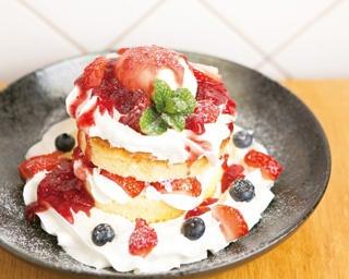 「マーノ・マッジョ」のいちごのパンケーキ(1000円)。ふわふわのパンケーキにベリーと生クリームがたっぷり