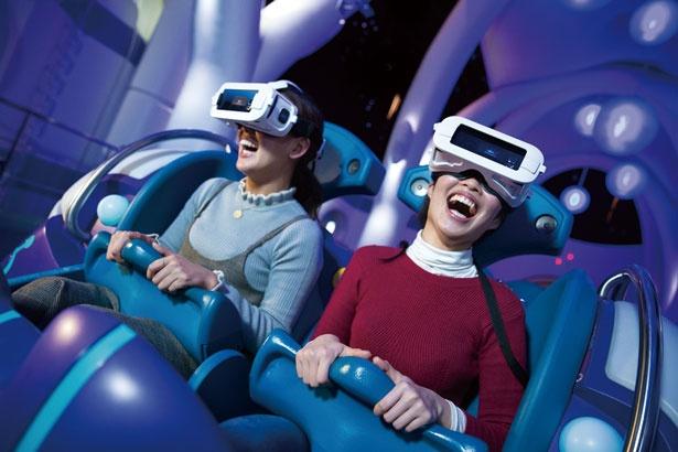 VRゴーグルを装着すれば、隣の人さえも気にならず、世界観にどっぷり入り込める/ユニバーサル・スタジオ・ジャパン
