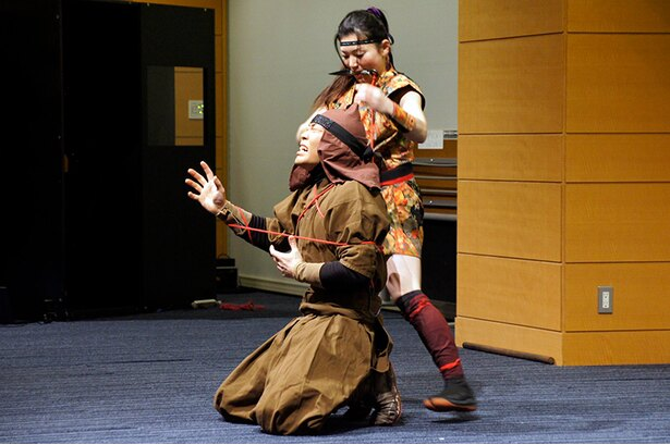 【写真を見る】鎖、鎌、刀、手裏剣、くない等の忍具を用いた忍者の技を披露