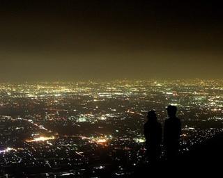 360度ガラス張りのスカイデッキは地上約90mの高さに、屋外展望台「こいにわ」は地上100mの高さにある。栄の夜景が一望できる/ 名古屋テレビ塔