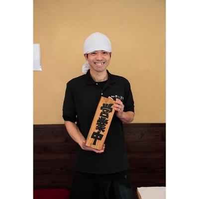 店主の北原悟さん。手に持っている「営業中」の札は、「せたが屋」の前島司さんから贈られた直筆のレア品!