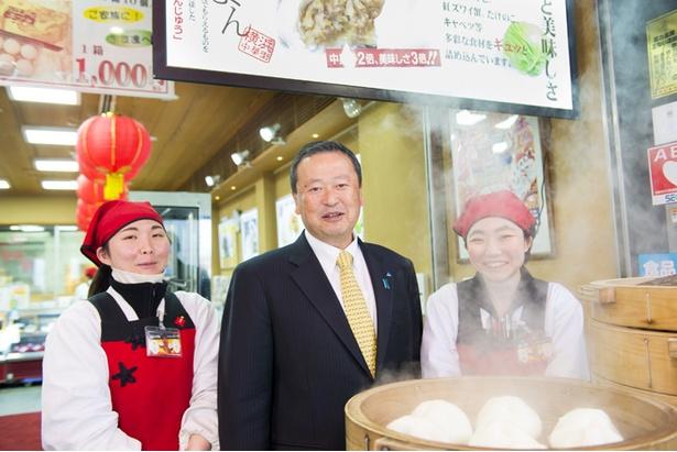 中華街本店のスタッフと。心を込めて商品を作り、感謝の気持ちをもってお客様と接する