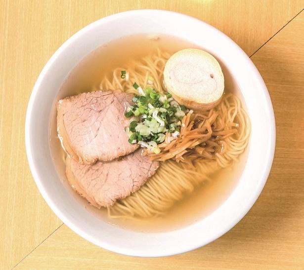 【写真を見る】ゲンコツや鶏ガラの動物系に魚介ダシを合わせた淡麗スープは歯応えのよい細麺との相性も最高。「ラーメン」(750円)