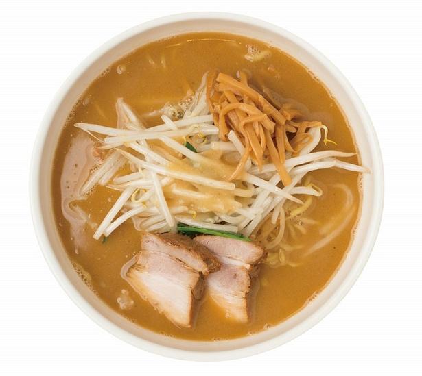 最初にラードとニンニク、白味噌を中華鍋で強火で焼いて香りを出し、野菜を炒めるのが特徴「味噌ラーメン」(800円)