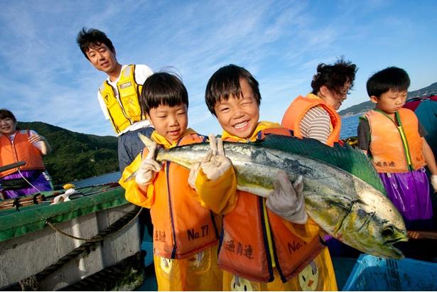 「平戸漁師の仕事」では、漁師と一緒に漁船に乗って定置網魚を体験する