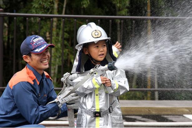 【写真を見る】「消防士の仕事」では、一人前の消防士を目指して訓練にチャレンジ!