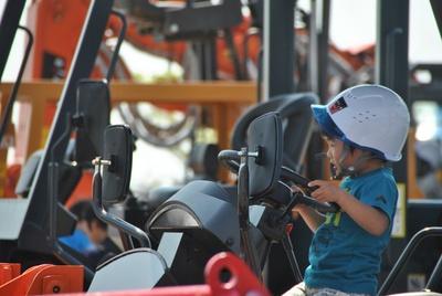 小学生までの子どもは、制服を着用して働く車に試乗できる!