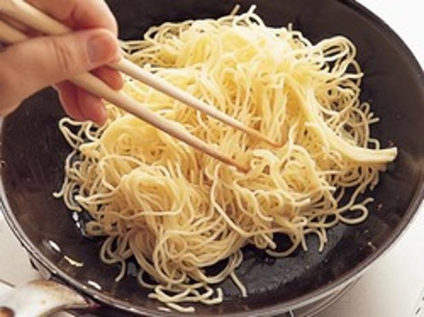 麺が焦げないように手際よく炒めましょう!