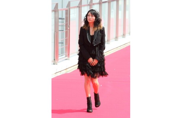 主演の柴咲コウは、レッドカーペットをさっそうと歩いて登場した