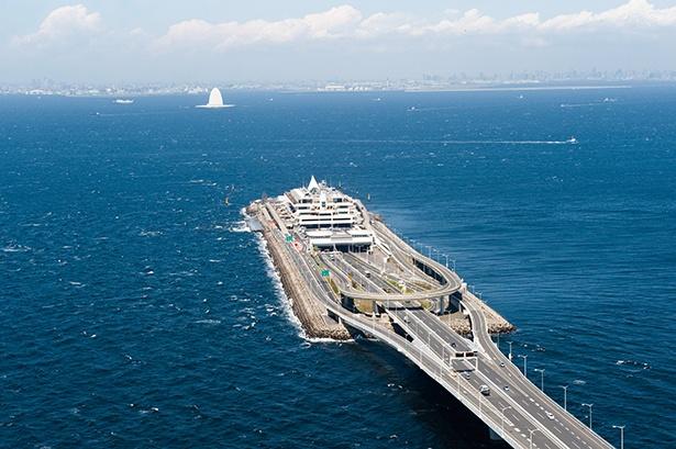 【写真を見る】東京湾に浮かぶ、唯一無二のPA。まるで海の上を走っているかのような感覚に!