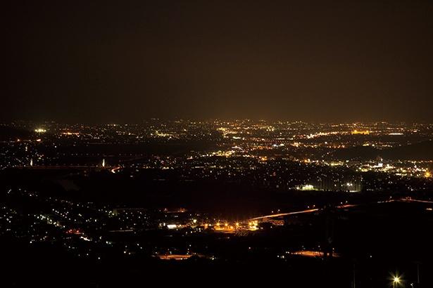 展望台からは眼下に千曲 市の夜景と棚田が一望できる