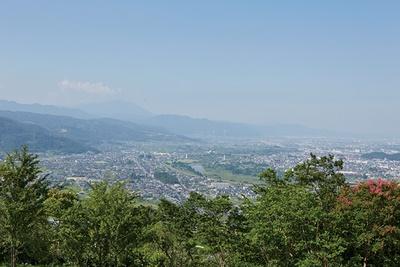 昼間は、千曲川と戸隠連 峰など周囲の山々に縁取られる景色が印象的