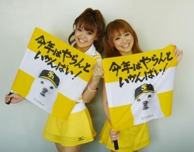 ホークス公式ダンスチーム「ハニーズ」のASAMIさん(左)とMISAKOさん(右)「私たちと一緒にビクトリーフラッグで応援しましょう!」