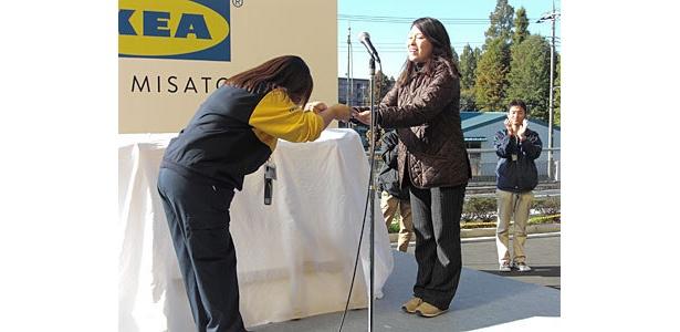 前日から並んでいた一番乗りの女性には5万円分のギフトカードが!